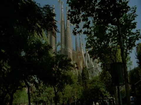 ms sagrada familia through trees, barcelona, spain - tornspira bildbanksvideor och videomaterial från bakom kulisserna
