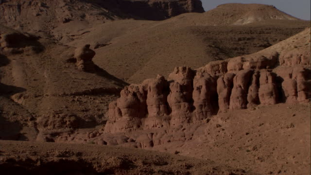 sahara desert's outcroppings include oddly shaped sedimentary rock formations. - sedimentary rock stock videos & royalty-free footage
