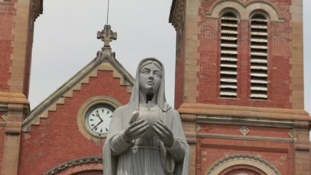 stockvideo's en b-roll-footage met zo saigon notre-dame cathedral basilica / ho chi minh city, vietnam - vrouwelijke gestalte