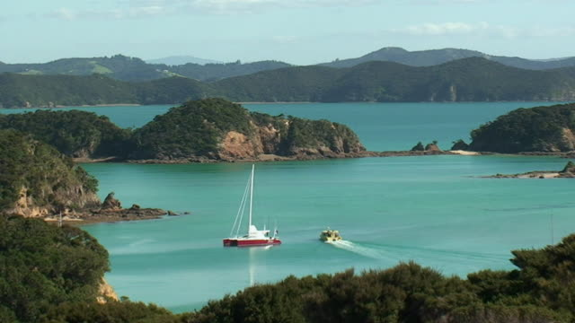 vidéos et rushes de ws ha sail boat and ferry on bay of islands / north island, new zealand - bay of islands nouvelle zélande
