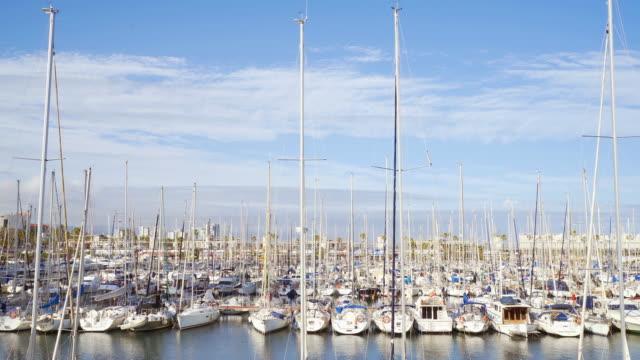 stockvideo's en b-roll-footage met zeil boot haven in barcelona. - jachthaven