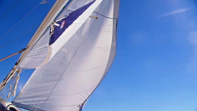 vídeos de stock e filmes b-roll de slo mo sail in the wind - vela desporto aquático