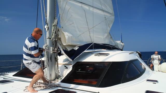 hd :、カタマランでのセーリング - 帆点の映像素材/bロール