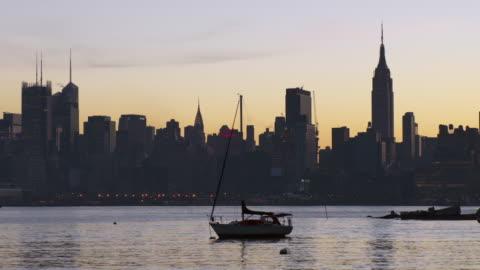 vídeos y material grabado en eventos de stock de sailboat anchored in the hudson river - anclado