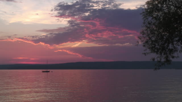 ws sailboat and pink sunset, lake superior / madeline island, wisconsin, usa - lago superiore video stock e b–roll