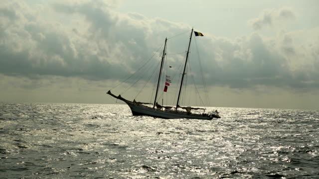 夕暮れ時のヨットで、嵐 - クルーズ点の映像素材/bロール