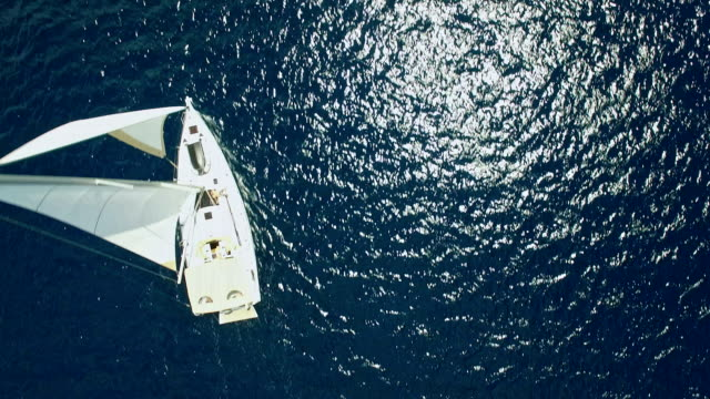 vídeos de stock e filmes b-roll de sailboat from above, shot from drone - navio de passageiros