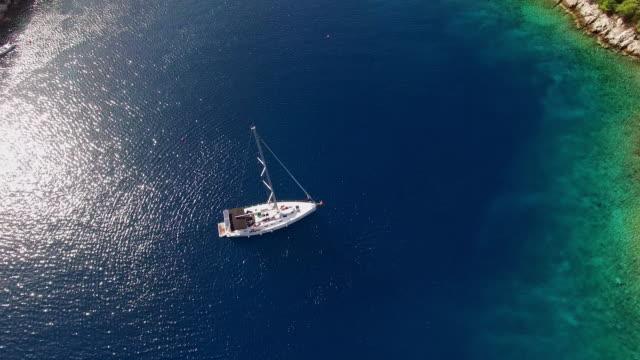 LUFTBILD Segelboot in eine schöne Bucht
