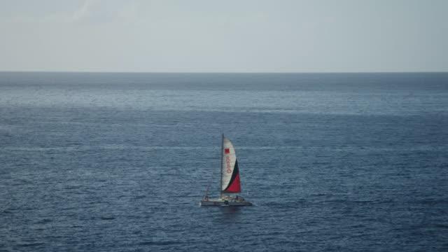 vídeos de stock e filmes b-roll de sailboat in indian ocean off coast of reunion island - territórios ultramarinos franceses