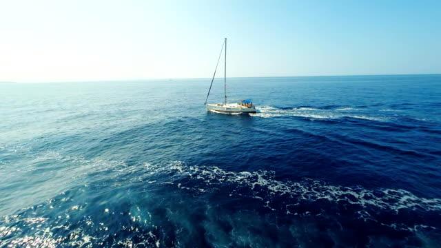 Veduta aerea della barca a vela nel mare Adriatico