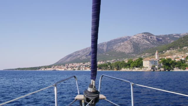 ms sailboat moving on sunny,tranquil ocean along bol,island of brac,croatia - ponte di una nave video stock e b–roll