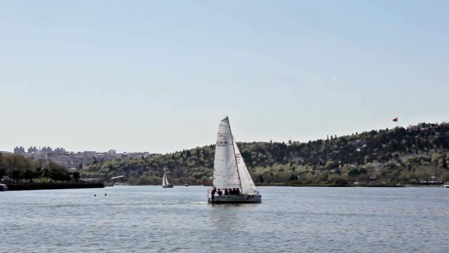 金角湾のヨット - イスタンブール 金角湾点の映像素材/bロール