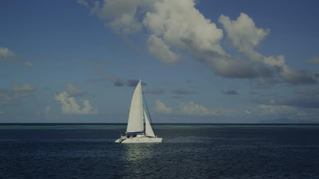 vídeos de stock e filmes b-roll de sailboat on the ocean - territórios ultramarinos franceses