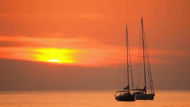 Barca a vela nel Tramonto tropicale spiaggia