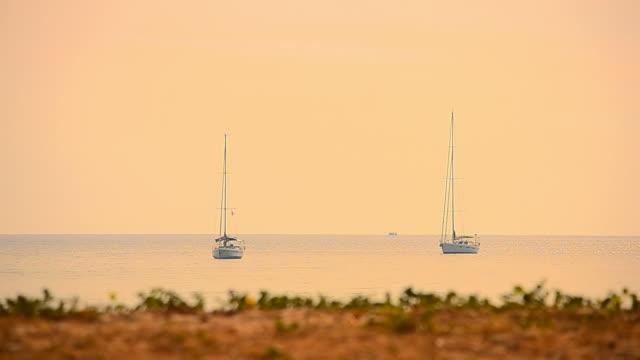 vídeos de stock, filmes e b-roll de barco à vela no pôr do sol tropical beach - 2015