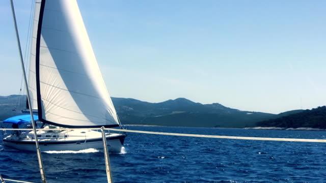 hd: passaggio da barca a vela - barca da diporto video stock e b–roll