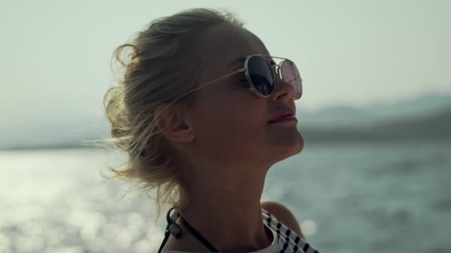 vidéos et rushes de relaxation de voilier. voile et soleil profiter de femme - marinière