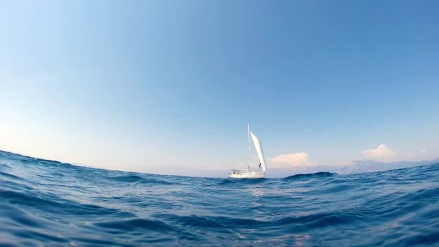 ヨットは、オープンシーで航海 1 - nautical vessel点の映像素材/bロール