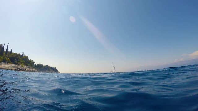ヨットは、オープンシー2で航行 - nautical vessel点の映像素材/bロール