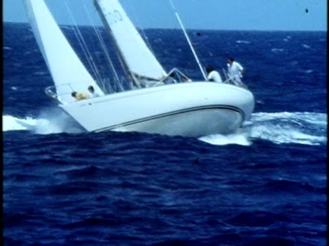 1975 ws zo sailboat tilting to one side in wind during regatta/ oahu, hawaii islands, usa - regatta stock-videos und b-roll-filmmaterial