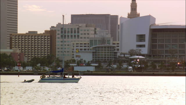 stockvideo's en b-roll-footage met sailboat travelling on biscayne bay past american airlines arena on shore / miami, florida - biscayne bay