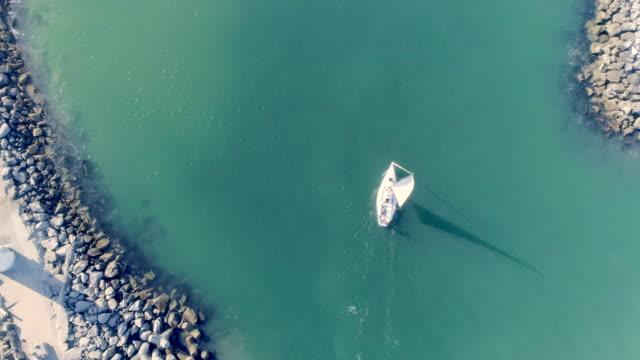 vidéos et rushes de voilier - suivre activité avec mouvement