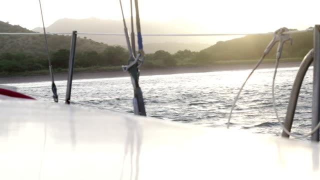 vídeos de stock e filmes b-roll de veleiro - ancorado