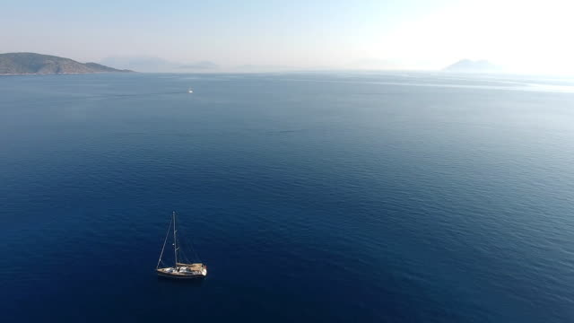 stockvideo's en b-roll-footage met zeilboot - voor anker gaan