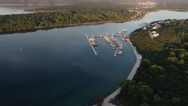 segelboote auf einem pier in der bucht von einer insel im adriatischen meer verankert - anchored stock-videos und b-roll-filmmaterial