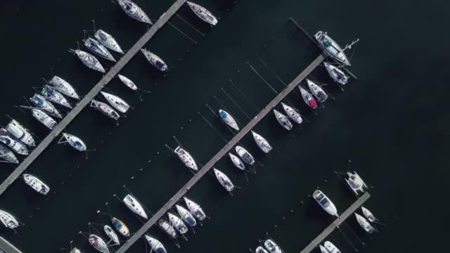 stockvideo's en b-roll-footage met zeilboten op een pier in scandinavië - jachthaven