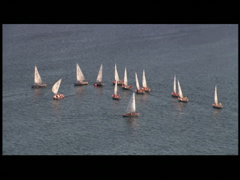 vídeos de stock e filmes b-roll de sailboats floating - formato letterbox
