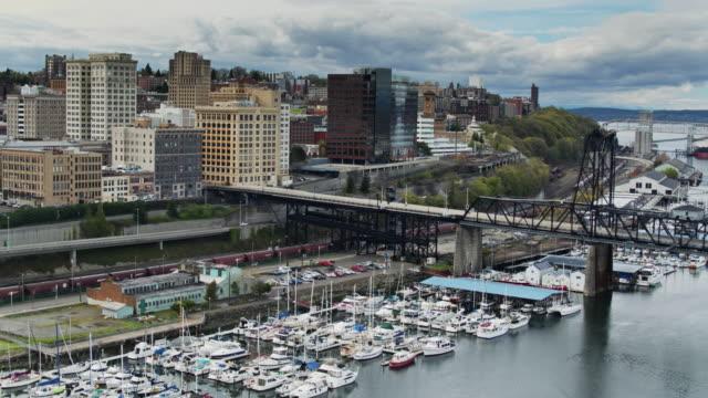 segelbåtar i marina och tacoma waterfront-drone shot - norra stilla havet bildbanksvideor och videomaterial från bakom kulisserna