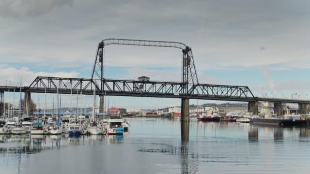 segelbåtar förtöjda framför murray morgan bridge, tacoma - norra stilla havet bildbanksvideor och videomaterial från bakom kulisserna