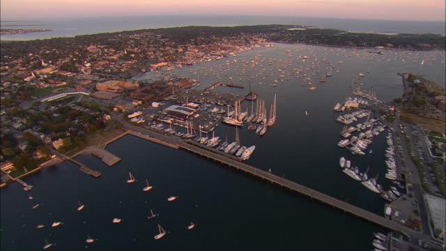 vídeos de stock e filmes b-roll de aerial, sailboats moored in narragansett bay marina, newport, rhode island, usa - rhode island
