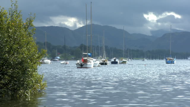 ws, sailboats mooted on ullswater, lake district, cumbria, england - anhöhe stock-videos und b-roll-filmmaterial
