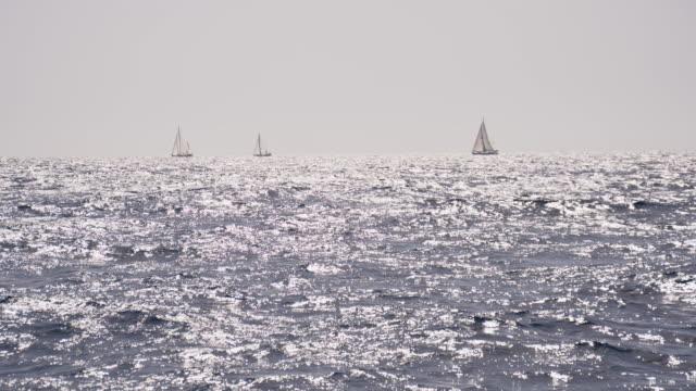 Au ralenti bateaux à voile sur la mer