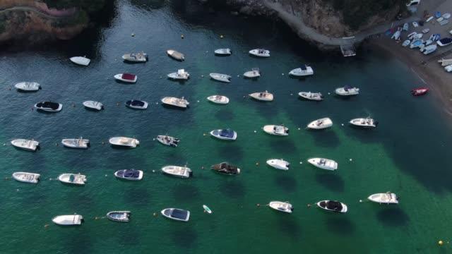 コスタブラバ、カタルーニャ州のビーチに駐車ヨット - 停泊する点の映像素材/bロール