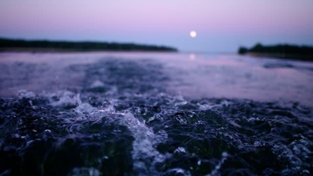 stockvideo's en b-roll-footage met zeilboot 's wake. romantisch sunset lake - kielwater