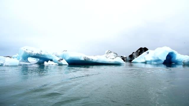 Segeln unter dem Eisberg in Island