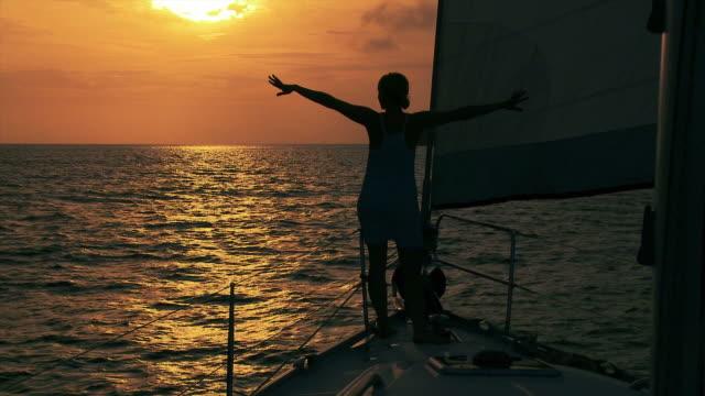HD: Segeln bei Sonnenuntergang