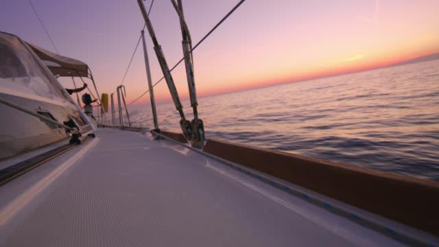 vídeos y material grabado en eventos de stock de ws navegando al atardecer - equipo de vela