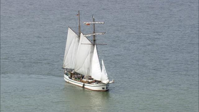 segling pråm på achterwasser - flygfoto - mecklenburg-vorpommern, tyskland - uppdämt vatten bildbanksvideor och videomaterial från bakom kulisserna