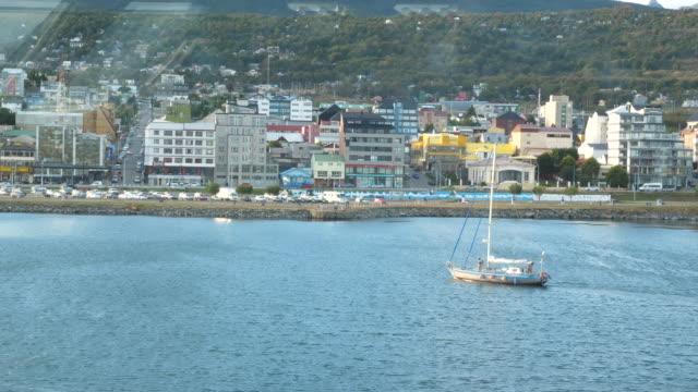 vídeos de stock, filmes e b-roll de sailing boat arriving to ushuaia city - passear sem destino