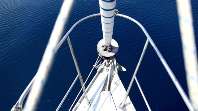 segelboot schleife während der kreuzfahrt - kiel rumpf stock-videos und b-roll-filmmaterial