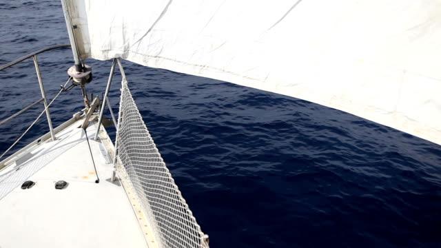 segelboot schleife: kein wind - kiel rumpf stock-videos und b-roll-filmmaterial