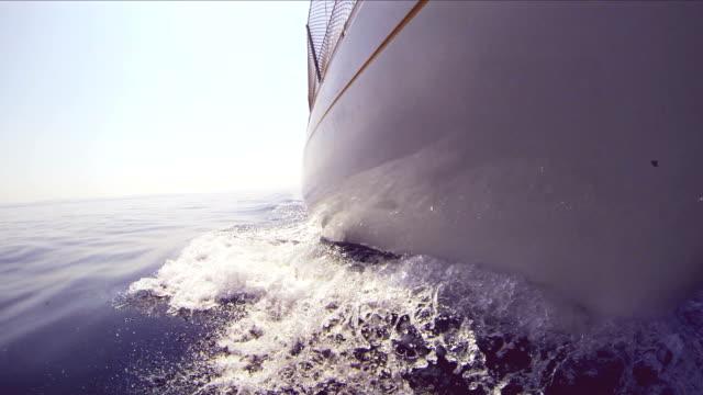 stockvideo's en b-roll-footage met sailing boat bow - cross processen