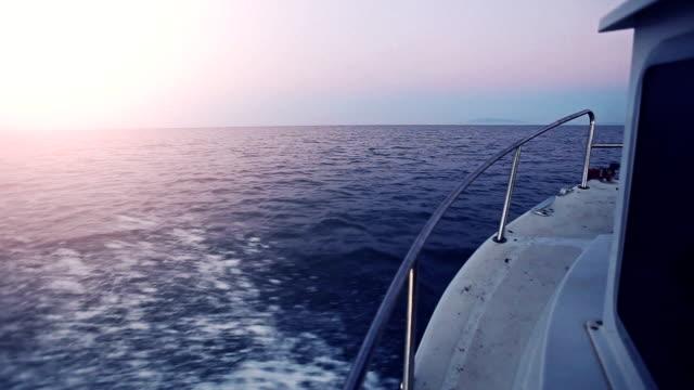 segelboot mit vollem tempo in der morgendämmerung - kiel rumpf stock-videos und b-roll-filmmaterial