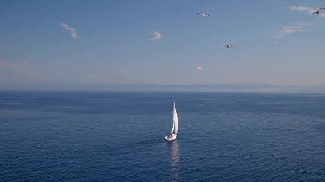 vidéos et rushes de voilier au loin - voile de bateau
