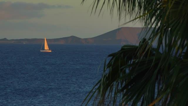 vídeos de stock e filmes b-roll de sailing boat near playa blanca, lanzarote, canary islands, spain, atlantic, europe - desporto aquático