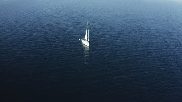 vidéos et rushes de bateau à voile sur la mer - équipe de voile